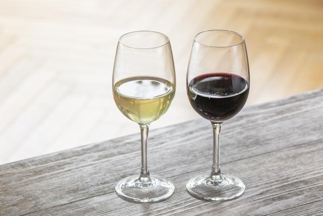 グラスに注がれた赤ワインと白ワイン