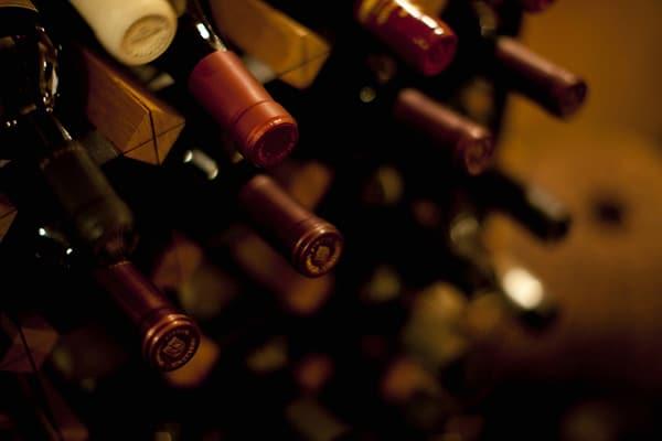 丁寧に保管されるワイン