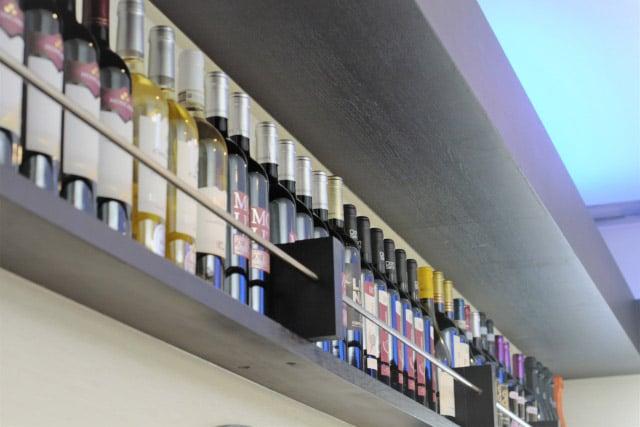 ワインがきれいに並ぶ飲食店