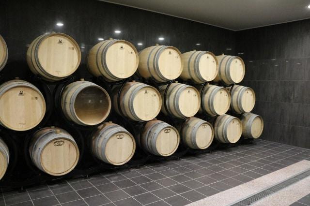 積み重なったワイン樽
