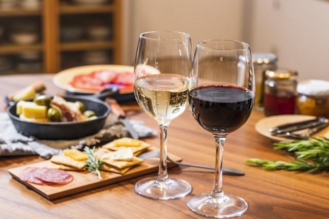 美味しい料理と赤ワイン・白ワイン