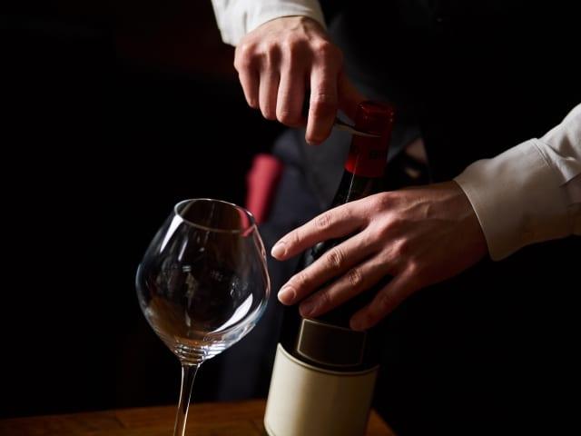 赤ワインを開栓するソムリエ