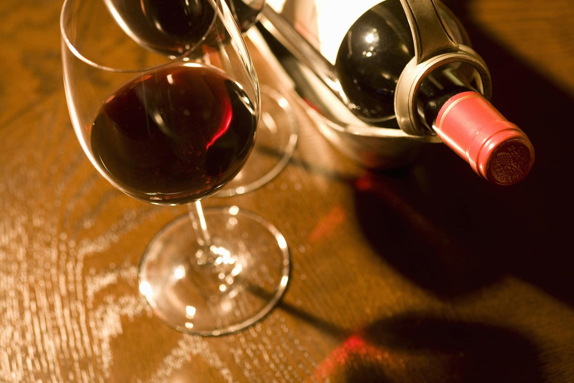 赤ワインとボトル